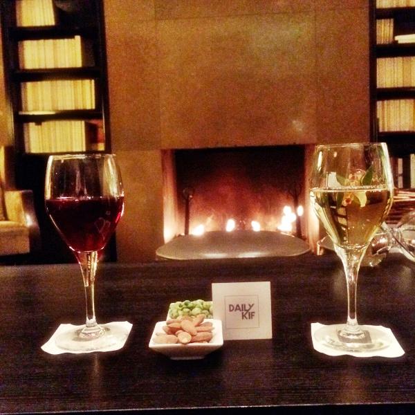 Verres de vin au bar de l'hôtel Montalembert